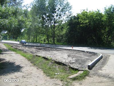 На місці невеликої частини старої дороги поруч з Дендропарком зробили клумбу. Ймовірно, щоб «згладити» перехід від старої дороги до нової.