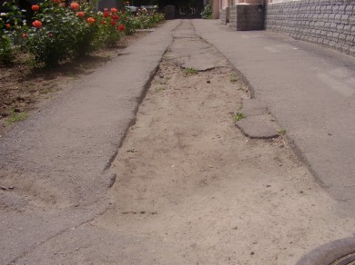 """Тротуар по вул. Комсомольській біля входу до дитячого садочку """"Перші кроки"""""""