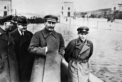 Ворошилов, Молотов, Сталін, Єжов оглядають канал Москва – Волга. 1937 р