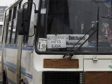 Пригородные автобусы возят пассажиров по городу за 1.50 грн.