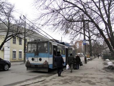 Лише тролейбуси зупиняються там, де потрібно