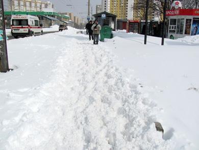 Практически все тротуары в городе представляют собой снежное месиво...