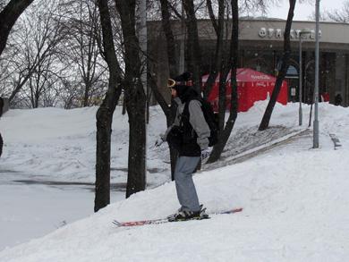 Лыжница спускается к министерству заграничных дел