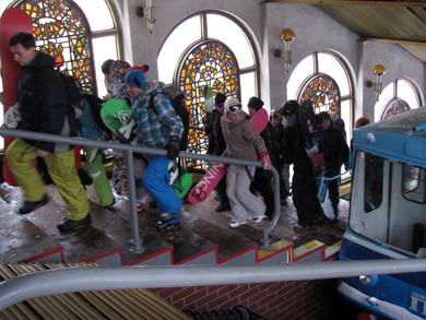 Сноубордисты на фуникулере