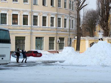 Туристы фотографирутся на куче снега