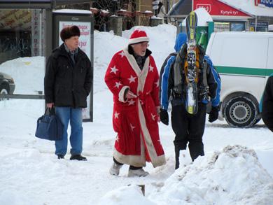 Сноубордисты и дед Мороз создают на Контрактовой не весеннее настроение