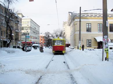 Там же стоит трамвай, в котором дежурит водитель