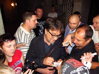 Юрий Шевчук раздает автографы