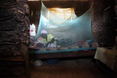 Хвора на малярію африканська сім'я. Один з проектів має допомогти у лікуванні цього захворювання.
