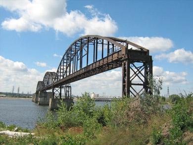Полуразрушенный железнодорожный мост в Каневе