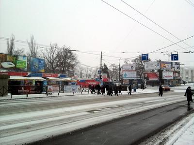 Пішоходи переходять дорогу чітко по переходу