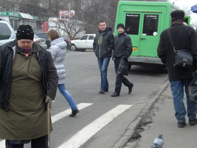 Пішоходи вибігають з-за транспорту, що стоїть на зупинці