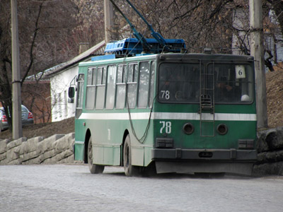 Наиболее нормальная дорога — по центру. То туда троллейбусы «не пускают», потому что они медленно едут
