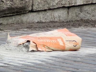 Мешок с цементом какбы намекает...