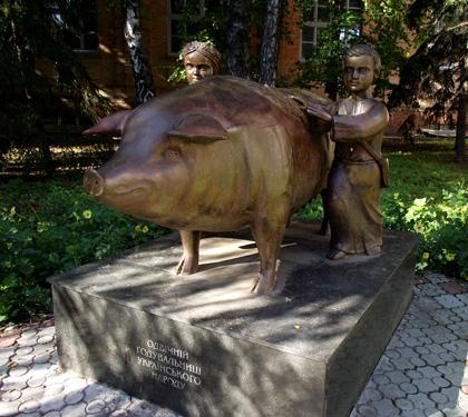 Пам'ятник свині у Полтаві. Фото