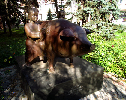 Пам'ятник свині у Полтавській державній аграрній академії. Фото