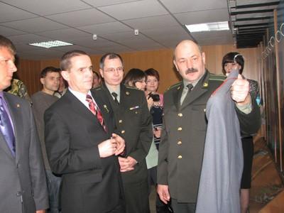 Начальник кременчуцького військового ліцею Володимир Поляков показує Леонідові Каденюку мундир у музеї військового одягу