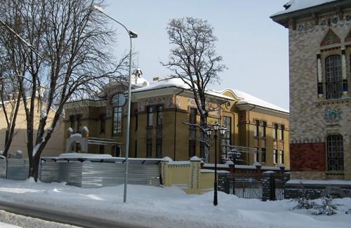 Новобудова біля Полтавського краєзнавчого музею