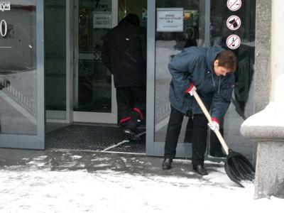 Уборка снега возле ЦУМа в Полтаве