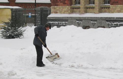Уборка снега возле Краеведческого музея
