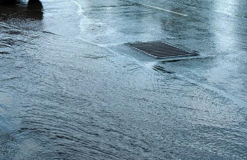 Вода из полтавских ливневок не находит выхода и подмывает грунт