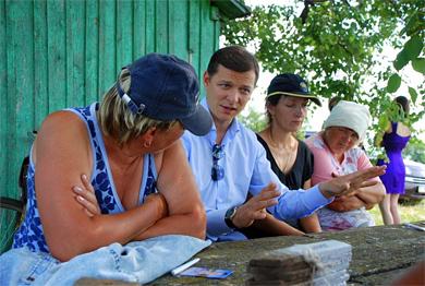 Відомий політик прямо у полі ознайомлює жінок села Степове із своєю програмою дій