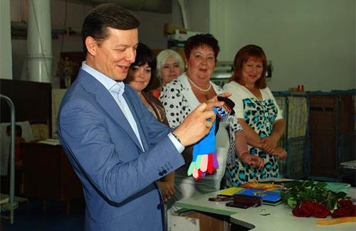 Щоб підтримати полтавського виробника, Олег Ляшко придбав собі джемпер, а для доньки рукавички