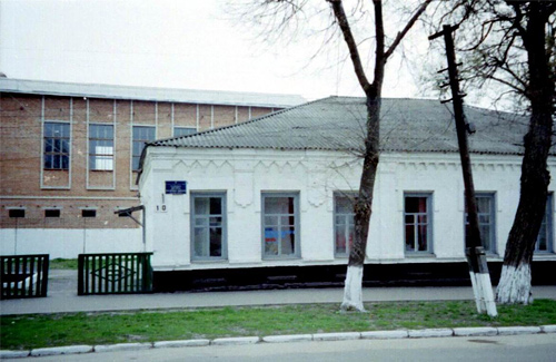 У Гадячі з даху музичної школи впали двоє будівельників