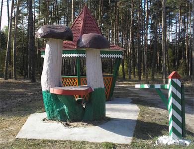У лісах з'явилися столи-гриби, пеньки-стільці та дитячі майданчики