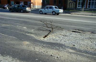 Яма на перекрестке улиц Харьковское шоссе и Кагамлыка