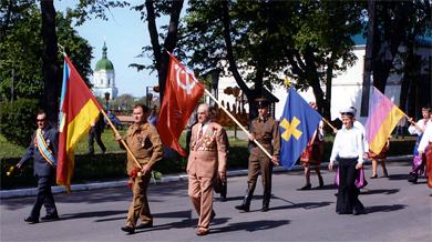 Анатолій Івашко (крайній зліва)