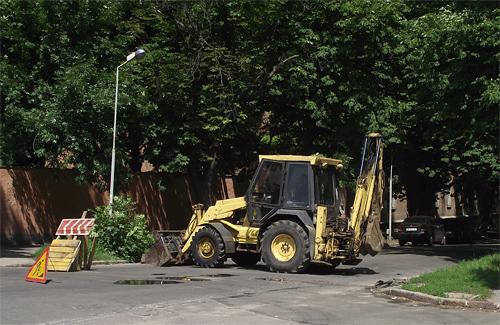 В Полтаве трактор провалился в метровую яму