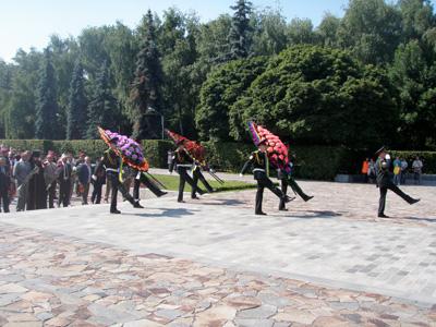 У Полтаві жертв фашизму вшанували квітами і червоними прапорами