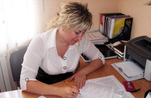 Психолог Центру практичної психології Тетяна Кречетова обробляє результати психологічного дослідженн
