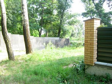 За 10 метрів від паркану — кілька житлових будинків та водозабір водоканалу