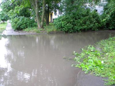 Пять лет в Полтаве во время дождя «фонтанирует» улица