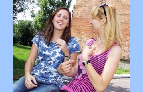 Мегган Лопезкунья (справа) разом із вчителькою Селещинської школи