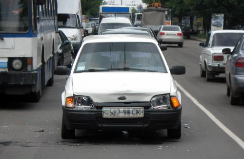 Белый «Ford» с вмятиной на бампере