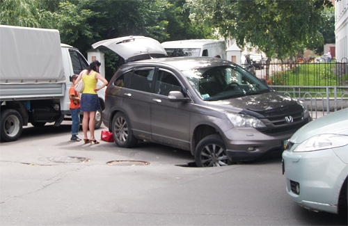 У Полтаві автомобіль провалився під асфальт
