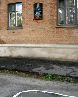 От мемориальной таблички Кузьме Нездолию убрали мусорные баки