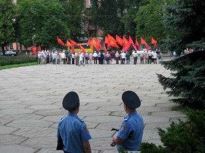 За мітингувальниками осторонь спокійно спостерігали міліціонери