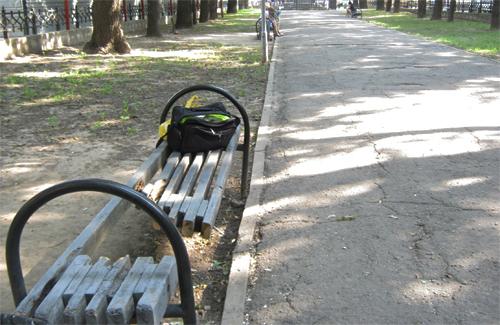 Вандалы испортили одну из скамеек парковой зоны