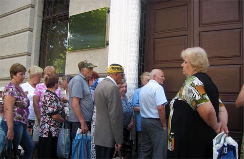 Очередь у дверей в Полтавский апелляционный суд