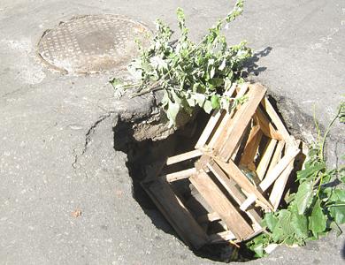 Провал на пересечении улицы Котляревского и переулка Пионерского