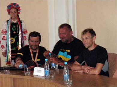 На прес-конференції в Полтавській міськраді байкарів порадувала прохолода та водичка