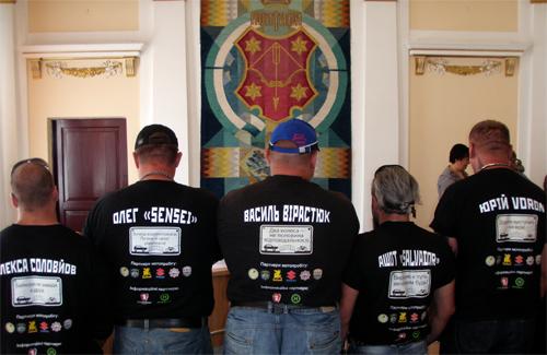 На футболках усіх 11 учасників акції — гасла-заклики до відповідальності й взаємоповаги на дорозі