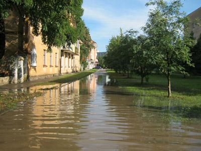 В Полтаве на Подоле до сих пор откачивают воду