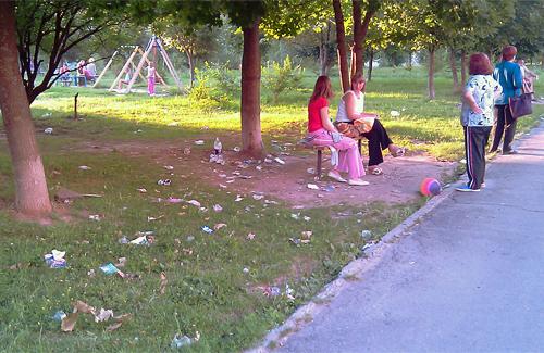 Детская площадка в Полтаве, как место для игр и свалки