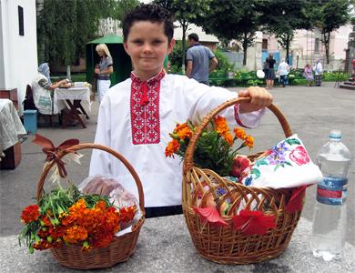 На Маковія для походу до церкви бажано вдягати народний одяг