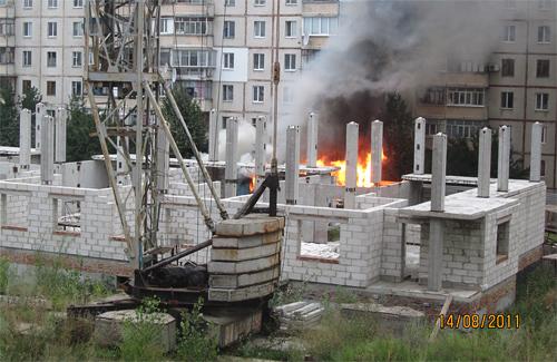 Брошенную стройку на Боровиковского, 11 вчера тушили пожарные